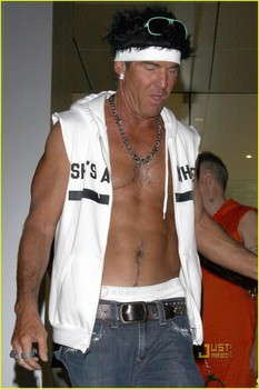 dennis-quaid-shirtless-jersey-shore-guido-for-halloween-09.jpg